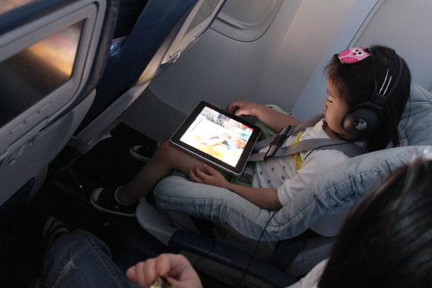 Barn med iPad på flygplan